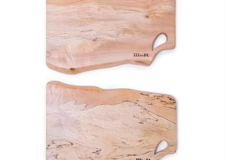 独特のスポルテッド杢が味わい深い  紀州で生まれた栃の木カッティングボード耳付