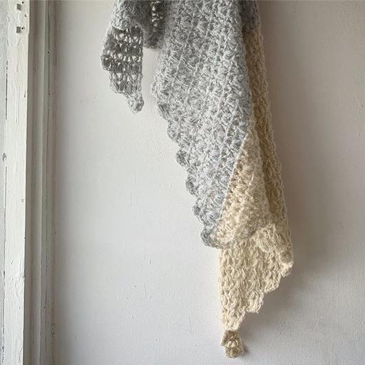 ふわふわ玉編みの簡単バイカラー三角ストール -編み図データのみ-