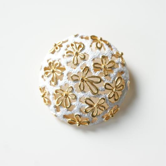 TRIFARIクラウントリファリ フラワー 透かし ホワイトエナメル ブローチ / ヴィンテージ・コスチュームジュエリー