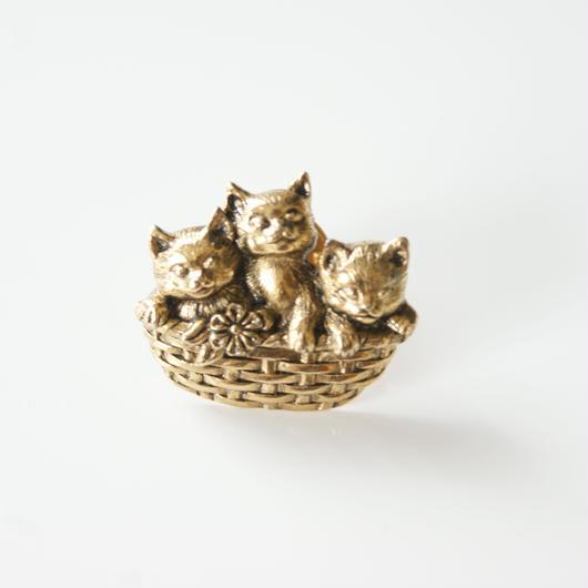 Special price【スペシャル プライス】AVONエイボン 猫 キャット バスケット ピンブローチ / ヴィンテージアクセサリー
