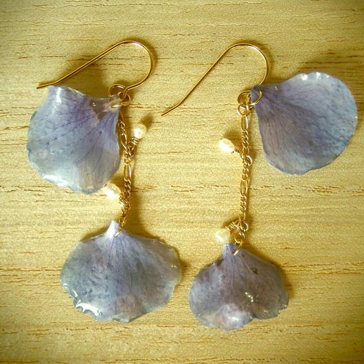 水色の紫陽花の花びらと淡水パールのピアス
