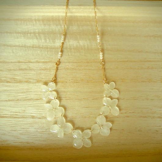 白い紫陽花と淡水パールのネックレス