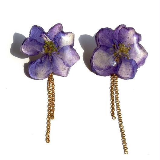 紫色の千鳥草とゴールドチェーンのピアス