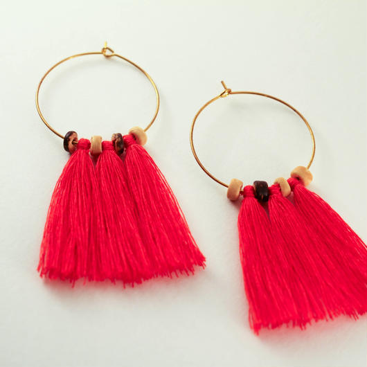 Hoop earrings with red tassels and wooden beads/赤タッセル+フープピアス