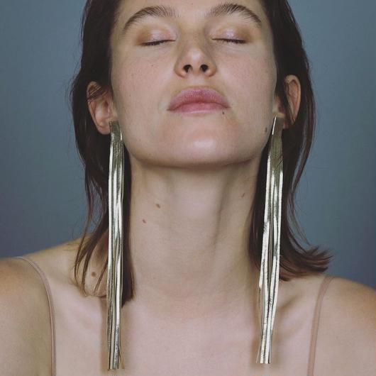 Saskia Diez / GOLD LONG LEATHER EARRINGS / GOLD