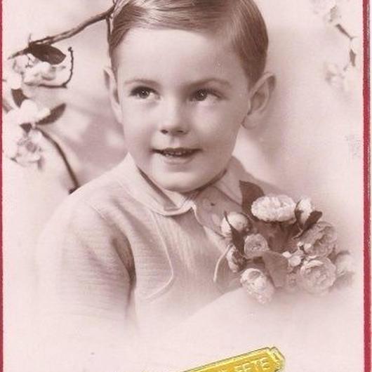 お花を持った男の子の新年ご挨拶ポストカード