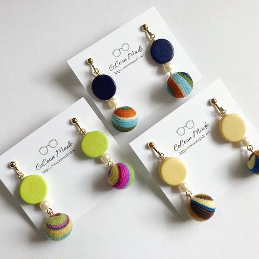 カラーウッドビーズと虹色ウッドビーズイヤリング