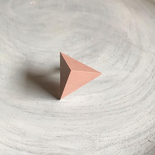 三角形イヤリング ピンクベージュ