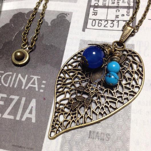 '140808作。青色の二色の天然石と透かしリーフのペンダント