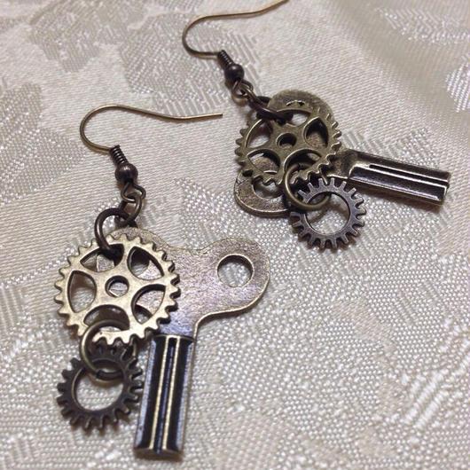 141101作。小ぶりの巻きネジと二連歯車のピアス