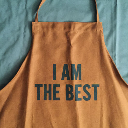 "DRESSSEN DR(BRN) 13APRON  ""I AM THE BEST""  BROWN  COLOR ⭕️DRESSSEN    オンラインストア先行発売です 、"