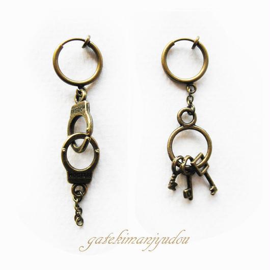 手錠と鍵の束のフープイヤリング