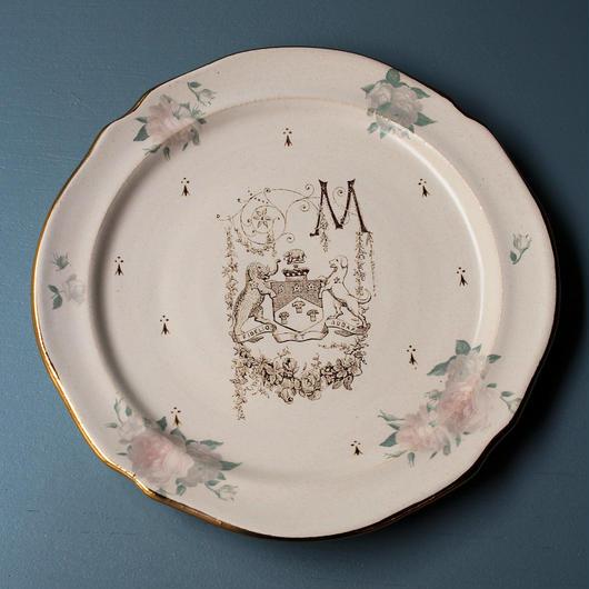 バラと紋章のお皿