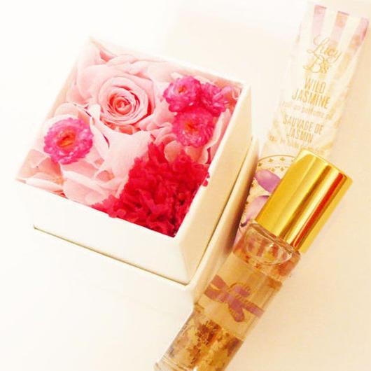 プリザーブドローズのミニボックスアレンジメントとロールオンパフュームのギフトセット【pink】