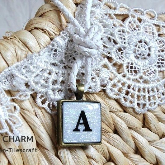 イニシャル入り☆ガラスモザイクタイルの革紐バッグチャーム ホワイト