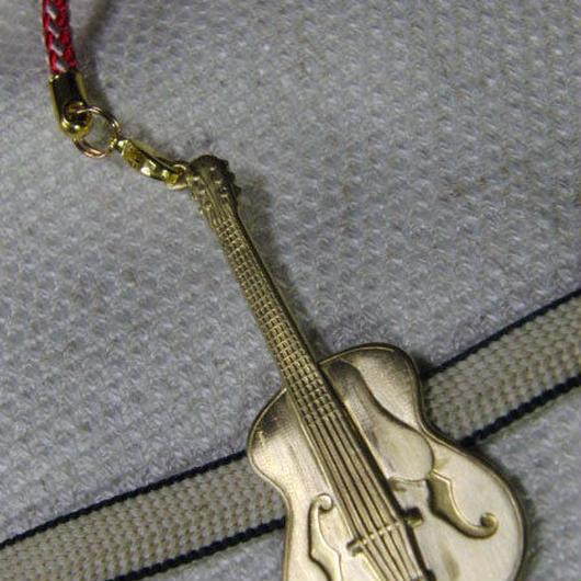 真鍮製 ギター型根付ストラップ 着物の帯飾りに