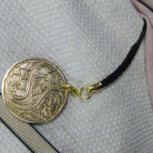 真鍮製 花模様丸型 根付ストラップ 着物の帯飾りに