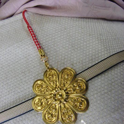 真鍮製 菊の家紋デザイン根付ストラップ 着物の帯飾りに