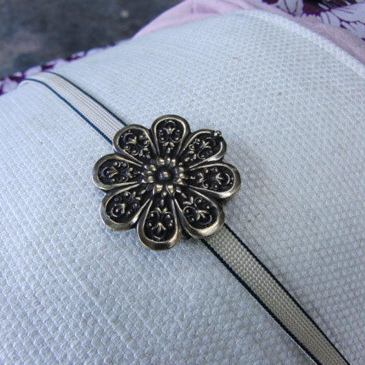 真鍮製 菊の家紋風デザイン帯留め 着物や浴衣に