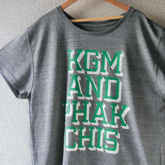 "KGM & PHAKCHIS COLLEGE ""WIDE"" TEE  ( GREEN ) ※レディースアイテム"