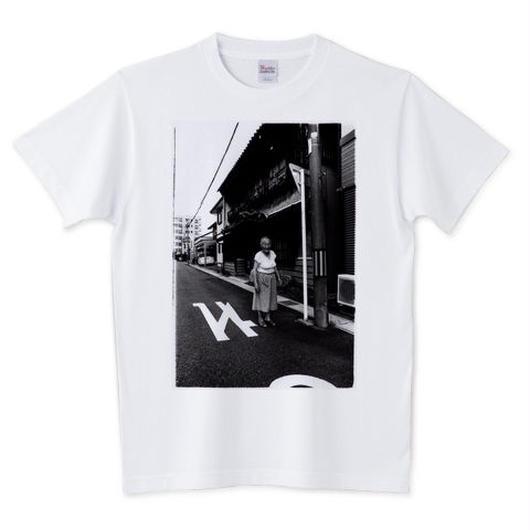 ナミノさんのTシャツ「妓楼の前に立つナミノさん」