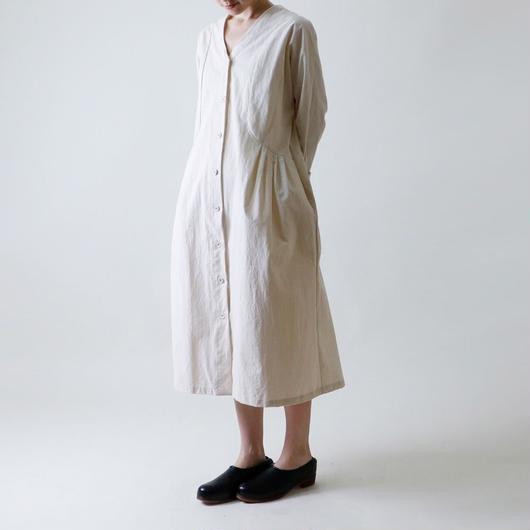 【受注生産 / 約2ヶ月半後のお届け】MAGALI Vネック・コート・ワンピース/アイボリー