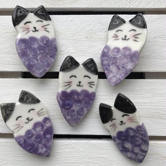 陶器製 ハチワレ猫ぶどうブローチ(紫)