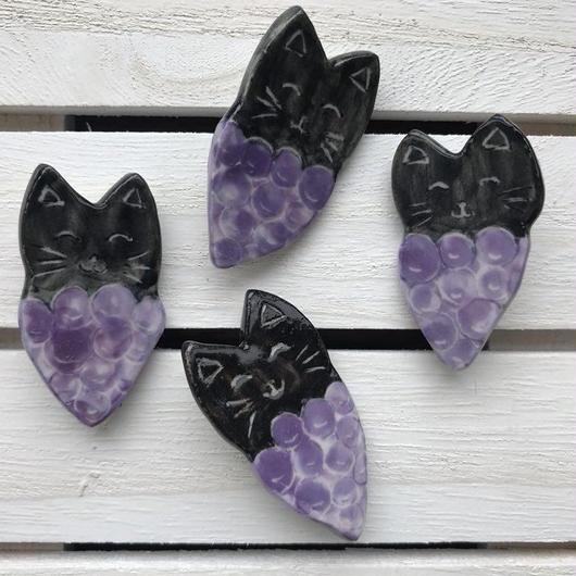 陶器製 黒猫ぶどうブローチ(紫)