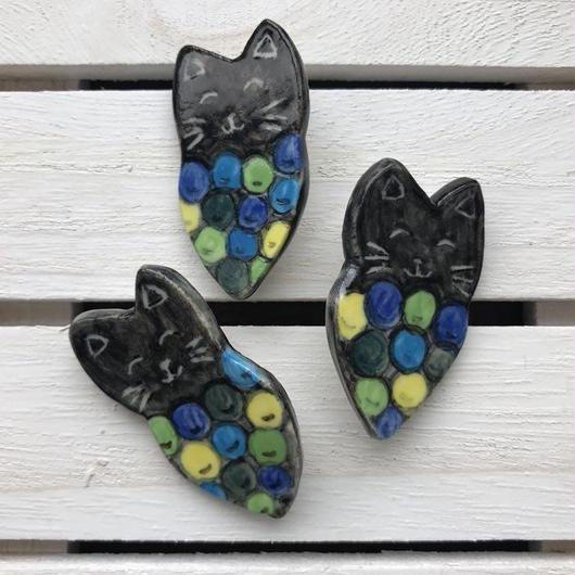 陶器製 黒猫ぶどうブローチ(カラフル)