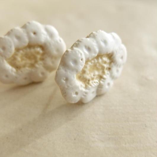 白い花のイヤリング(陶)