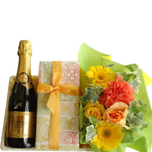 スイーツギフト お花とケーキ、ワインのギフト   ハーフサイズのフランスのスパークリングワイン、375ml、 黄色のお花のアレンジメント、キャラメルとアプリコットのケーキ