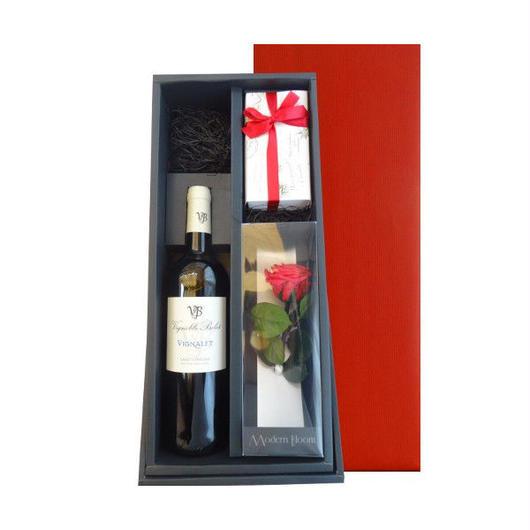フランス・ラングドックの赤ワインと焼菓子のセット、 バラの一輪挿し付き