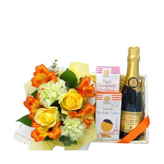 【お誕生日や敬老の日のお祝いにおすすめのお花ギフト】 スパークリングワインとフランスのスイーツギフト、生花のアレンジメント付
