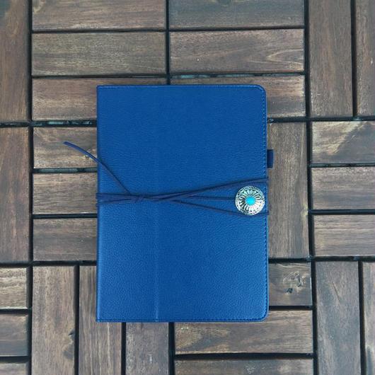 コンチョ付き iPad 手帳型カバー