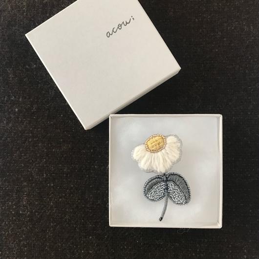 acou ;・刺繍ブローチ(chamomile)