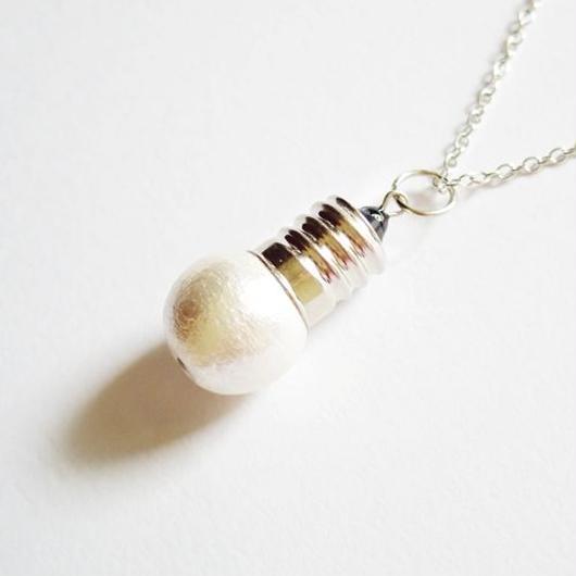 電球を模したネックレス(白)