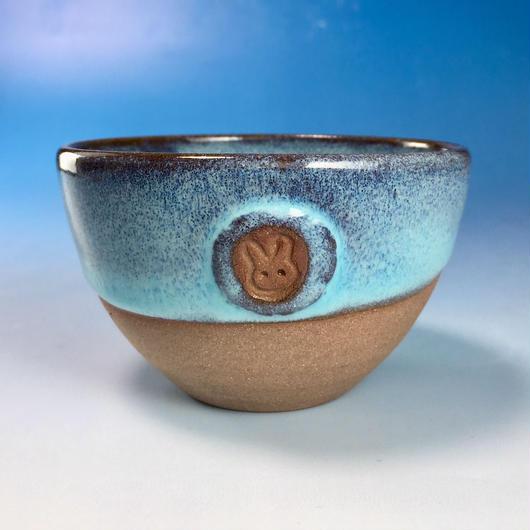 【Y069】ミルキーブルーの湯呑み茶碗(淡水乳濁秞・赤土・うさぎ印)