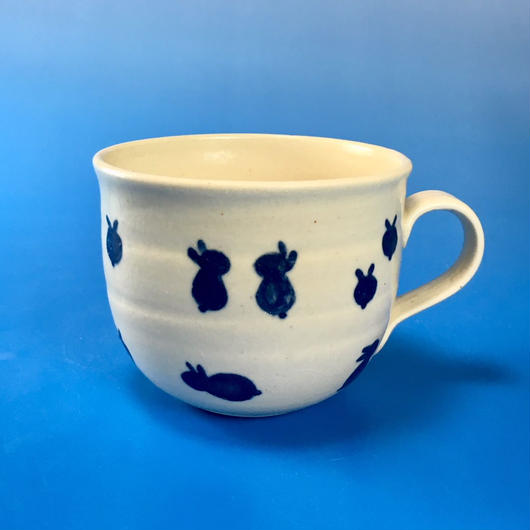 【M056】広口の豆うさぎ柄の小マグカップ(呉須手描き・うさぎ印)