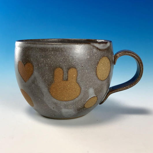 【M223】丸いフォルムのうさぎ水玉模様のマグカップ小(灰透明赤土・ハート入り・うさぎ印)