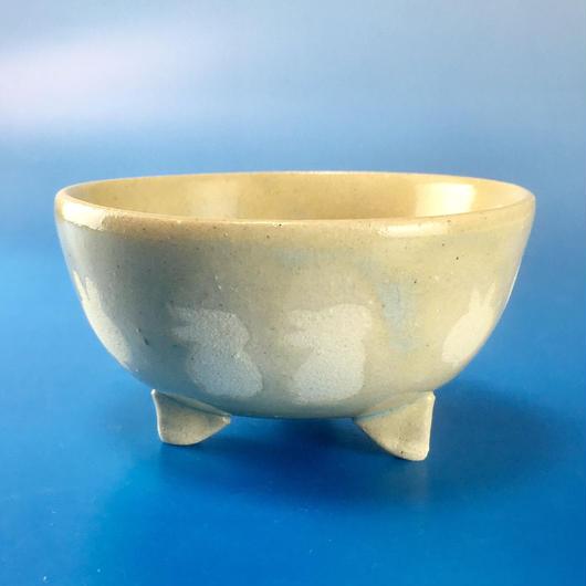 【K008】うさぎ柄の手びねり足付き小鉢(透明感のある淡いブルー)