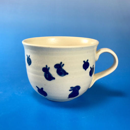 【M055】広口の豆うさぎ柄の小マグカップ(呉須手描き・うさぎ印)