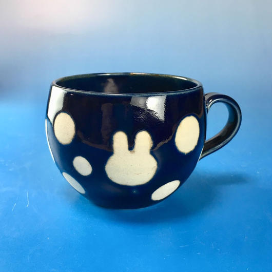 【M071】丸いフォルムのうさぎ水玉模様のマグカップ小(瑠璃・うさぎ印)