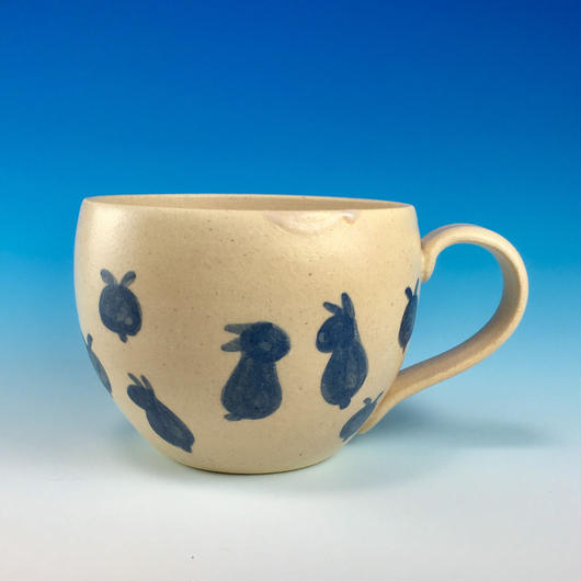 【M171】丸いフォルムの豆うさぎ柄のマグカップ大(呉須手描き・うさぎ印)