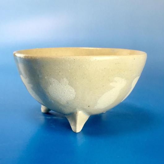 【K009】うさぎ柄の手びねり足付き小鉢(透明感のある淡いブルー)