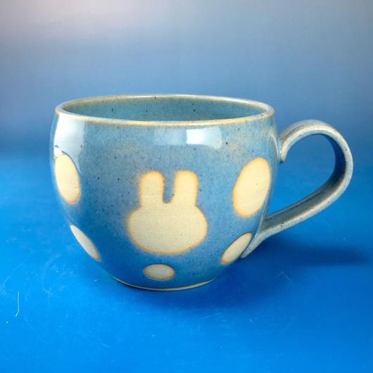 【M083】丸いフォルムのうさぎ水玉模様のマグカップ大(スカイブルー・うさぎ印)