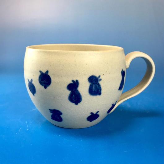 【M086】丸いフォルムの豆うさぎ柄の大マグカップ(呉須手描き・うさぎ印)
