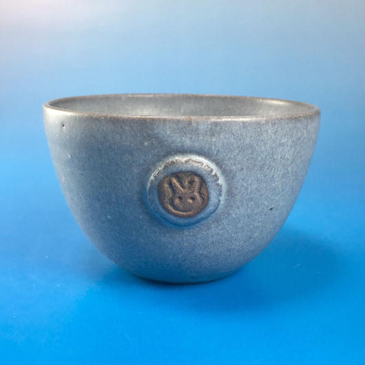 【Y014】パープルグレーの湯呑み茶碗(マット小豆色・うさぎ印)