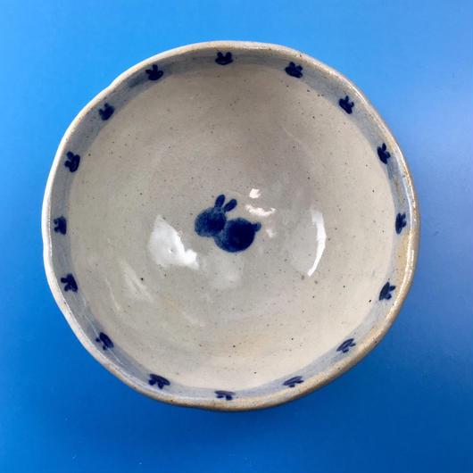 【K004】うさぎ柄の手びねり足付き小鉢(呉須手描き)