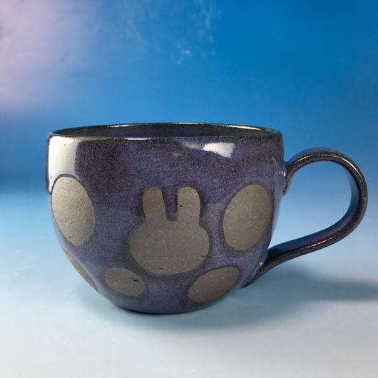 【M121】丸いフォルムのうさぎ水玉模様のマグカップ大(淡青赤土・うさぎ印)