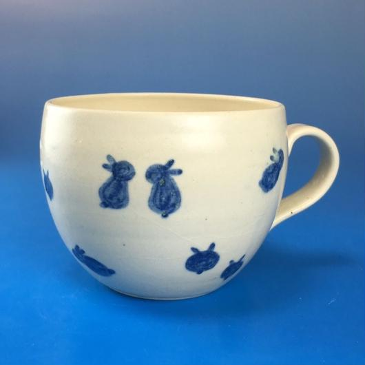 【M035】丸いフォルムの豆うさぎ柄の小マグカップ(呉須手描き・うさぎ印)